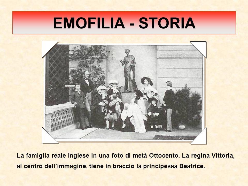 La famiglia reale inglese in una foto di metà Ottocento. La regina Vittoria, al centro dell'immagine, tiene in braccio la principessa Beatrice. EMOFIL