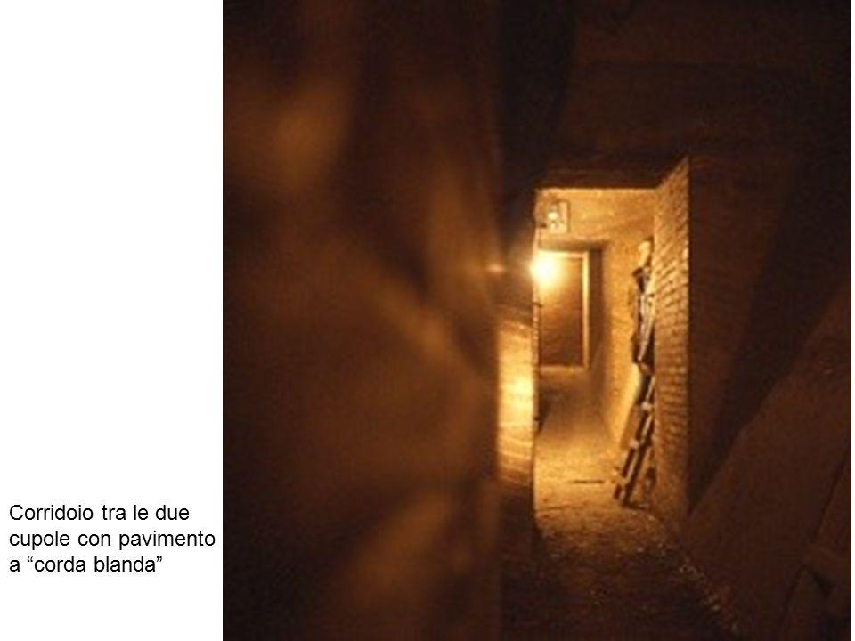 """Corridoio tra le due cupole con pavimento a """"corda blanda"""""""