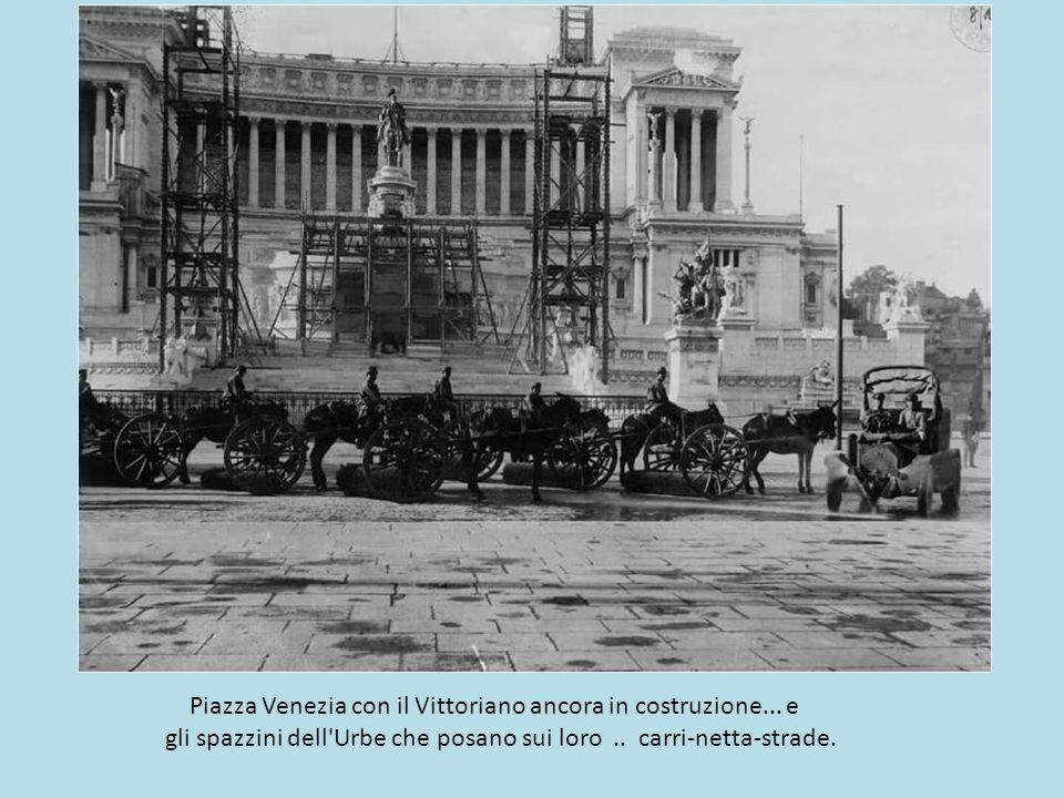 Operai e maestranze festeggiano nella pancia del cavallo del Vittoriano.