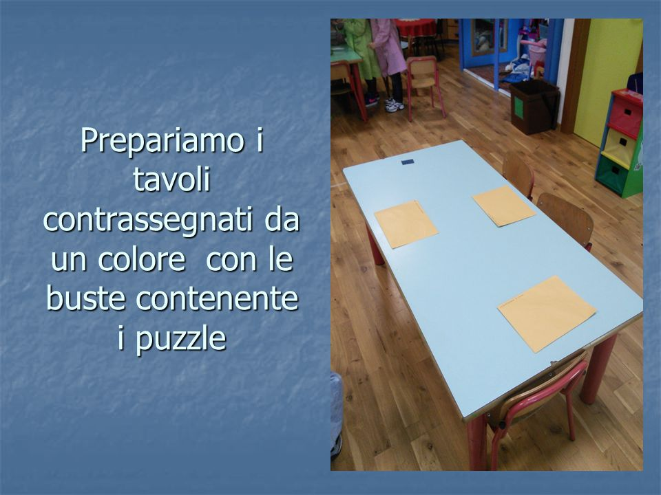 I bambini pescano il colore per il tavolo