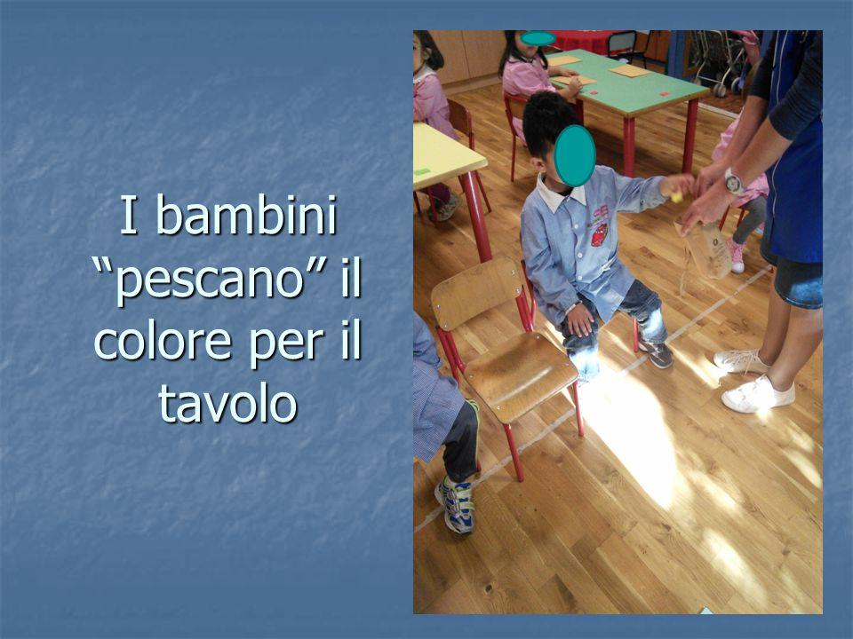 """I bambini """"pescano"""" il colore per il tavolo"""