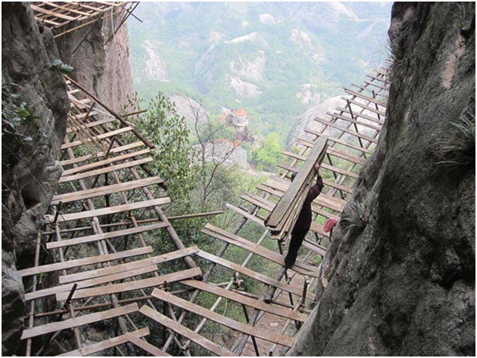 Situato nella Provincia dello Hunan, il picco più alto del monte raggiunge i 2000 m sul livello del mare e ospita innumerevoli specie di piante rare.