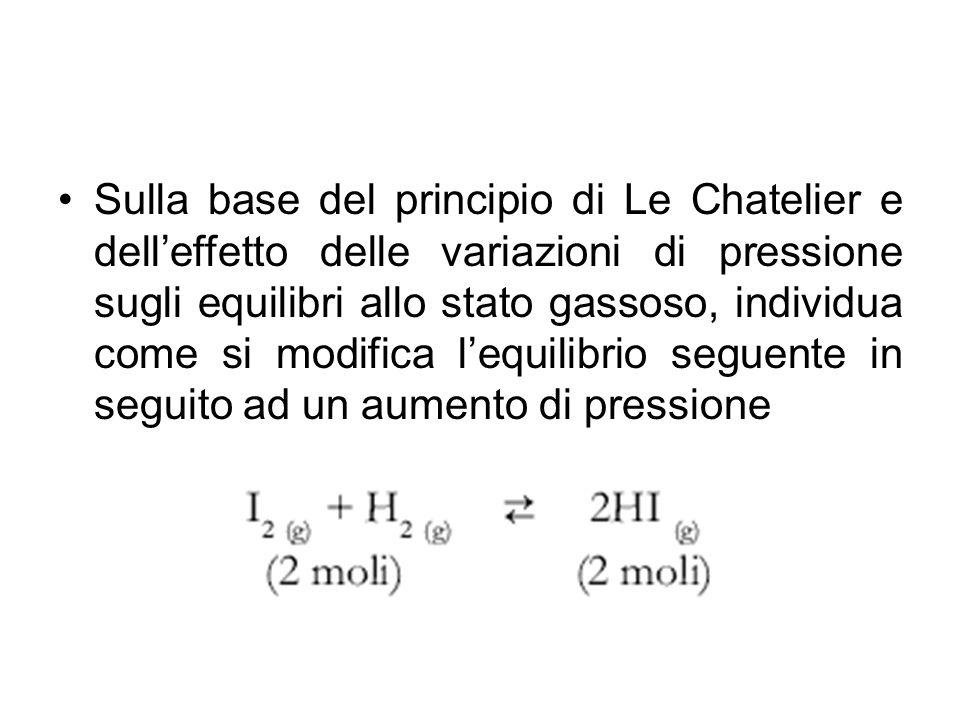 Sulla base del principio di Le Chatelier e dell'effetto delle variazioni di pressione sugli equilibri allo stato gassoso, individua come si modifica l'equilibrio seguente in seguito ad un aumento di pressione