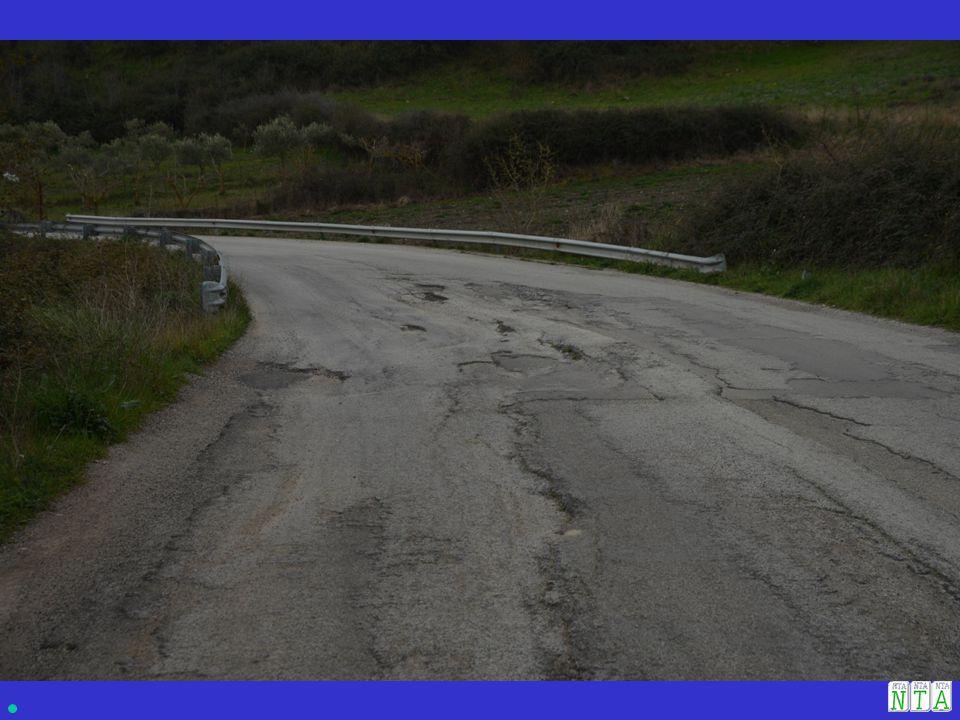 CAUSE: 1.Acque di scorrimento superficiali provenienti dalla scarpata di monte; 2.Acque di infiltrazione provenienti dalla scarpata di monte; 3.Acque di scorrimento superficiali provenienti dalla sede stradale che si versano nella scarpata di valle che presenta un certo valore di rilevato.