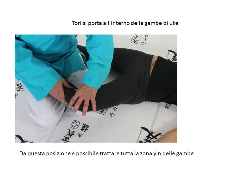 Tori si porta all'interno delle gambe di uke Da questa posizione è possibile trattare tutta la zona yin delle gambe