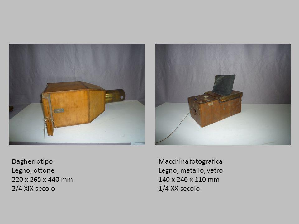 Dagherrotipo Legno, ottone 220 x 265 x 440 mm 2/4 XIX secolo Macchina fotografica Legno, metallo, vetro 140 x 240 x 110 mm 1/4 XX secolo