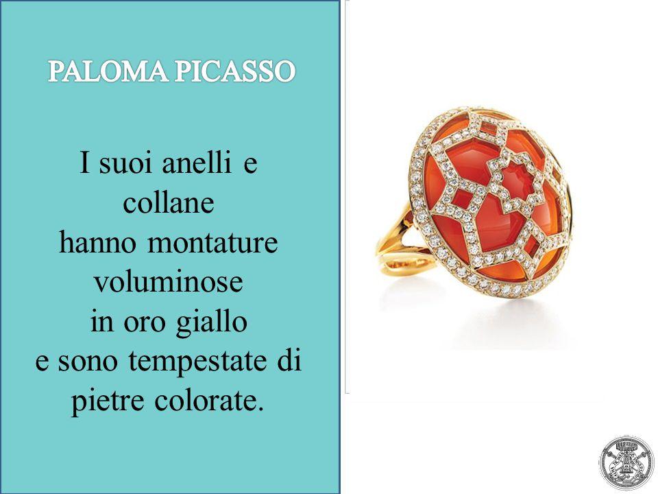 I suoi anelli e collane hanno montature voluminose in oro giallo e sono tempestate di pietre colorate.