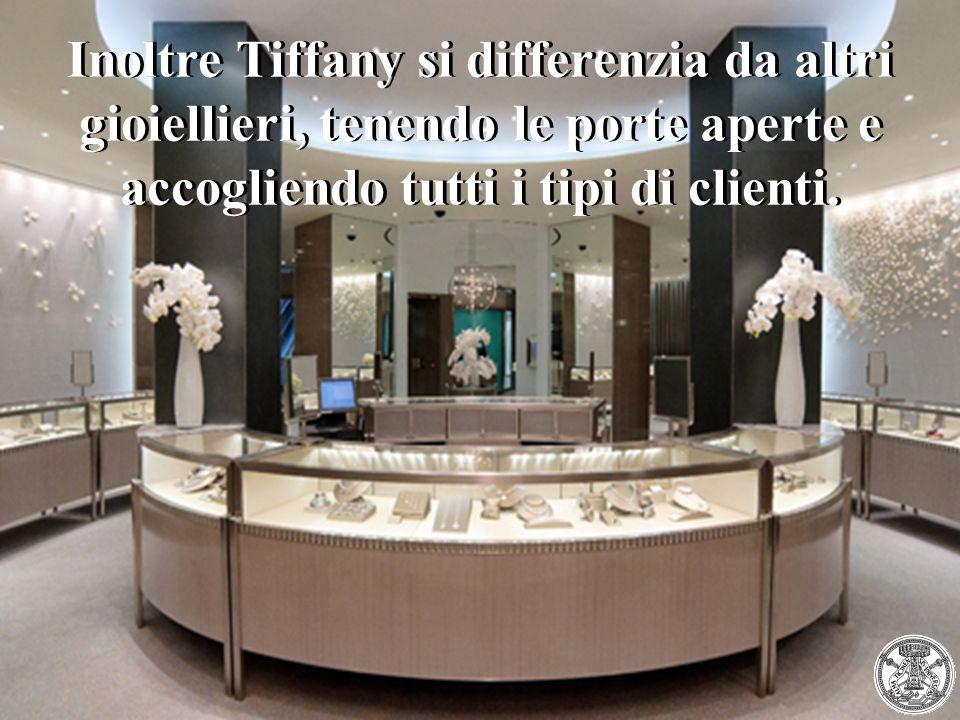 Inoltre Tiffany si differenzia da altri gioiellieri, tenendo le porte aperte e accogliendo tutti i tipi di clienti.