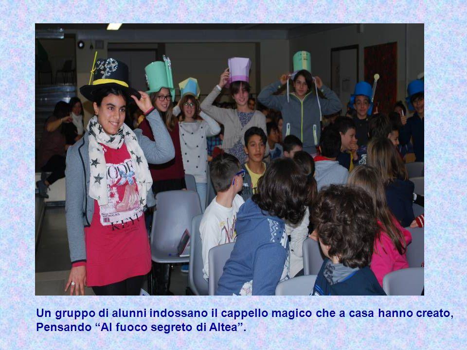 """Un gruppo di alunni indossano il cappello magico che a casa hanno creato, Pensando """"Al fuoco segreto di Altea""""."""