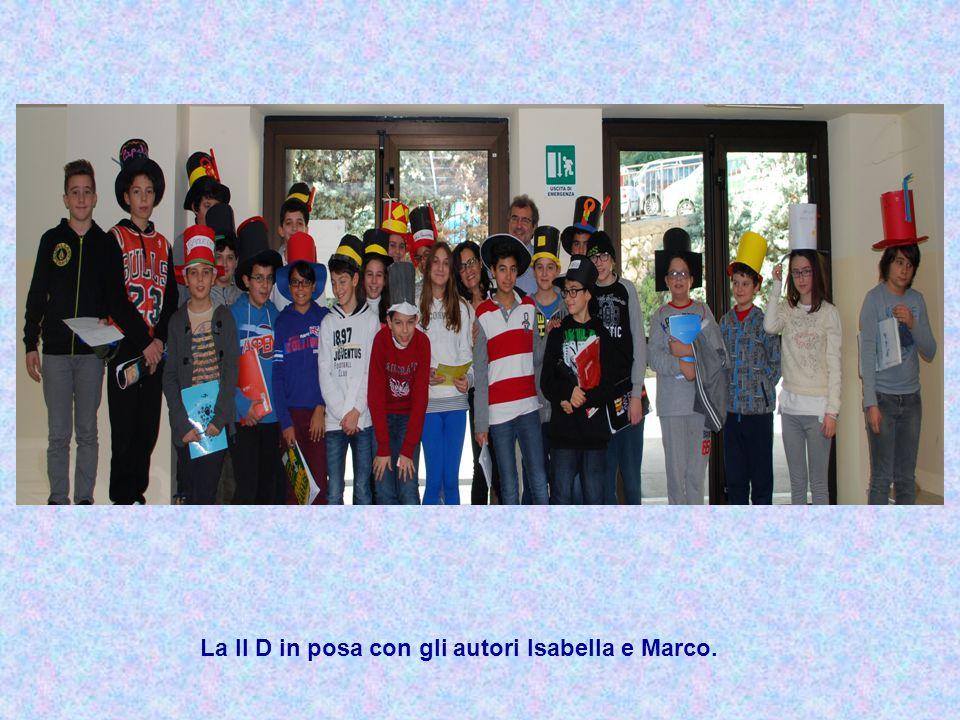 La II D in posa con gli autori Isabella e Marco.