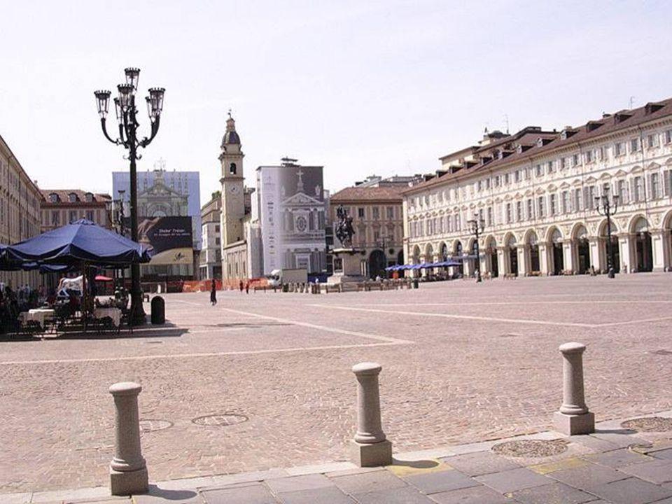 Piazza San Carlo è una delle più importanti piazze della città; può essere definita come il cuore pulsante del capoluogo piemontese.