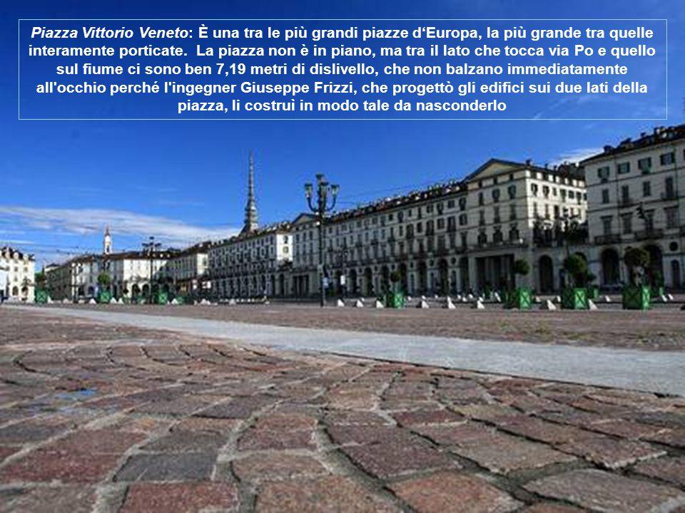 Al centro si erge il monumento equestre ad Emanuele Filiberto, opera di Carlo Marochetti del 1838, detta Caval d'Brons che raffigura il duca nell atto di ringuainare la spada dopo la vittoria di San Quintino.