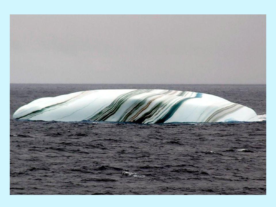 Quando un iceberg cade nel mare, uno strato di acqua salata può congelarsi nella parte di sotto.
