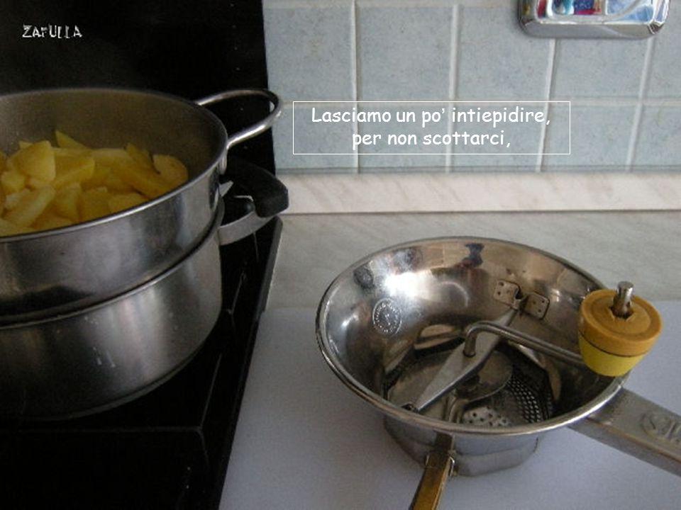 pasta gialla I tempi di cottura variano secondo la qualità delle patate (ideali, se le trovate, quelle a pasta gialla) e il fornello, ma si aggira sui 30 minuti; poi le scoliamo in un colapasta.