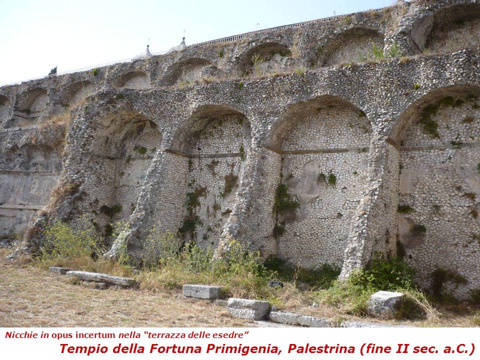 """Tempio della Fortuna Primigenia, Palestrina (fine II sec. a.C.) Nicchie in opus incertum nella """"terrazza delle esedre"""""""
