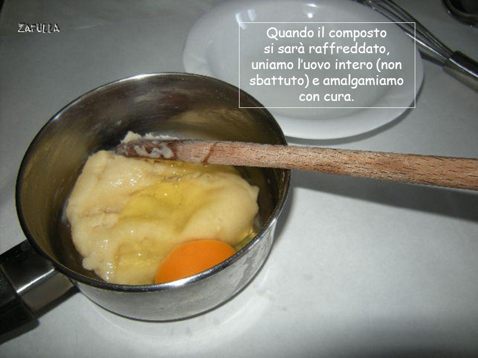 rimestiamo energicamente, con un cucchiaio di legno, finché il composto si staccherà a palla dalle pareti del tegame.