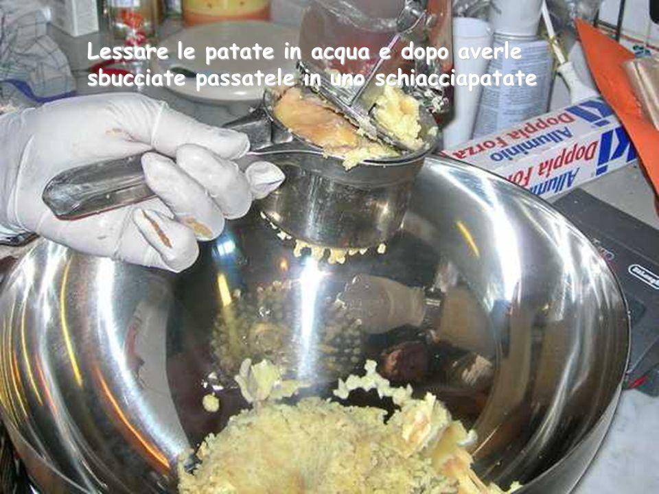 Lessare le patate in acqua e dopo averle sbucciate passatele in uno schiacciapatate