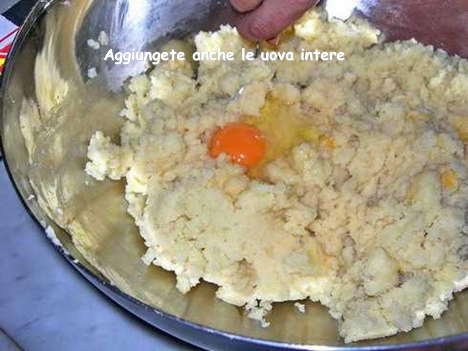 Aggiungete anche le uova intere