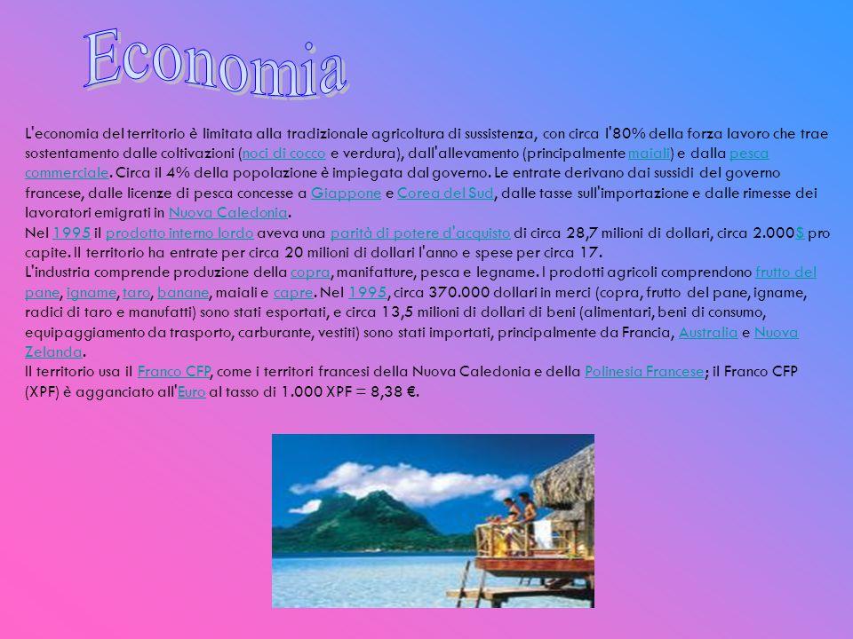 La popolazione totale del territorio al censimento del 2003 era di 14.944 abitanti (67,4% sull isola di Wallis, 32,6% sull isola di Futuna), in grande maggioranza di etnia polinesiana, con una piccola percentuale di discendenza francese.