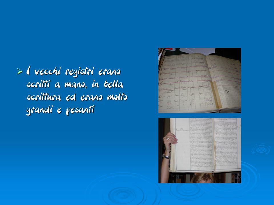  I vecchi registri erano scritti a mano, in bella scrittura ed erano molto grandi e pesanti