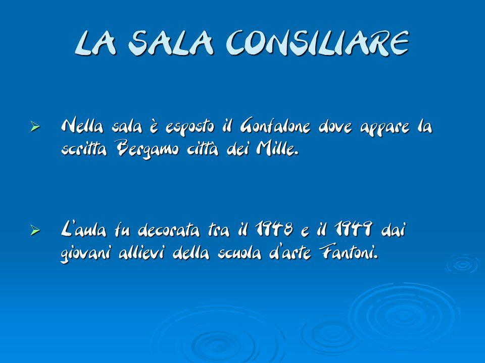 LA SALA CONSILIARE  Nella sala è esposto il Gonfalone dove appare la scritta Bergamo città dei Mille.