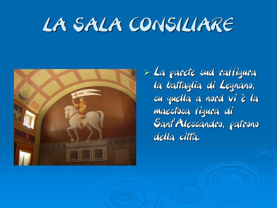  La parete sud raffigura la battaglia di Legnano, su quella a nord vi è la maestosa figura di Sant'Alessandro, patrono della città.