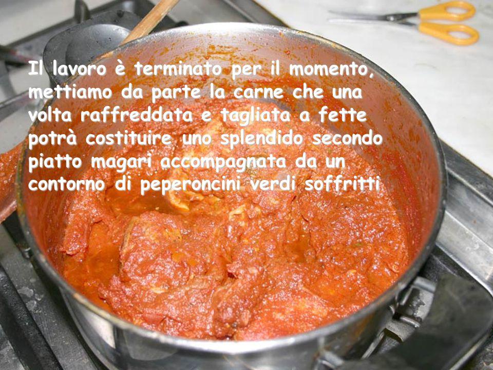 La salsa acquisterà piano piano un'intenso colore rosso scuro molto intenso