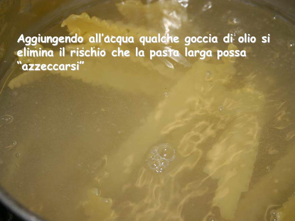 Intanto l'acqua bolle, possiamo calare i manfredi (pasta in formato speciale, somigliante alle trenette larghe a bordi arricciati)