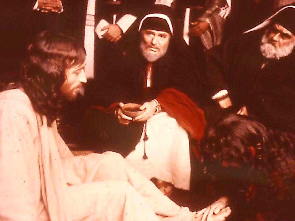 Seduto nel pretorio, Pilato mostra l'Uomo, che al posto di Barabba, lui crede liberar.