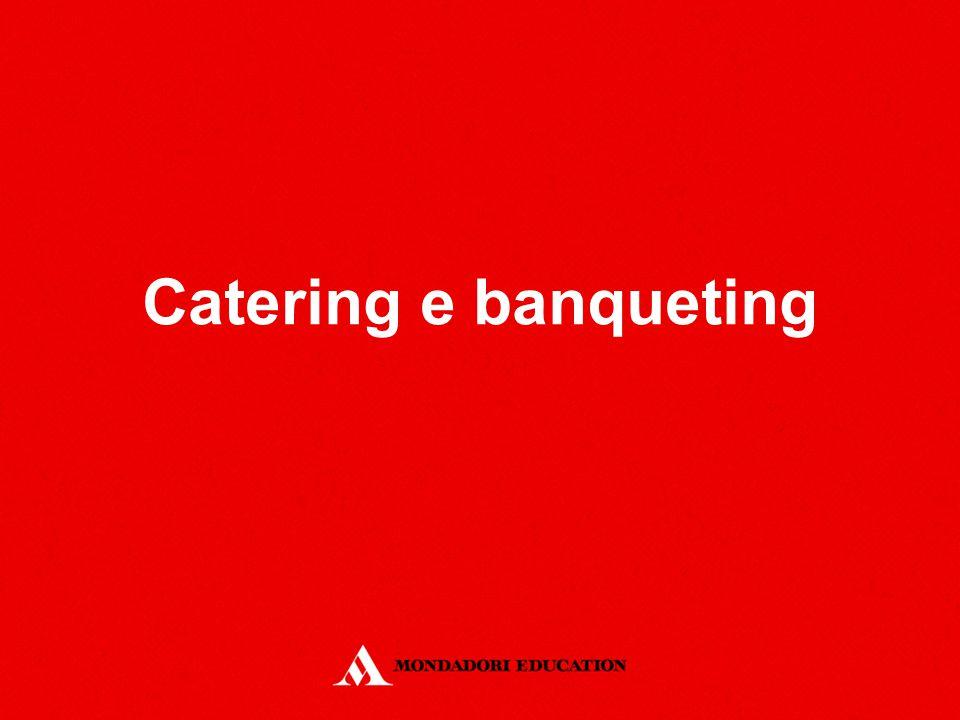 La simulazione di un evento di banqueting L'organizzazione del servizio: la check list: sintetizzare tutte le notizie relative al banchetto da consegnare poi ai responsabili di sala e cucina la preparazione delle attrezzature: sia di cucina sia di sala, potranno essere di proprietà della società o noleggiate per l'occasione l'organizzazione della cucina: lo chef stila l'ordine d'acquisto; le preparazioni principali saranno effettuate presso il laboratorio di cucina della società di banqueting; mentre le cotture espresse e le rifiniture dei piatti avverranno in una cucina satellite l'allestimento della location: adeguati spazi per lo scarico e il carico delle merci e delle attrezzature; cucina; sala; spogliatoio del personale, altri spazi di servizio
