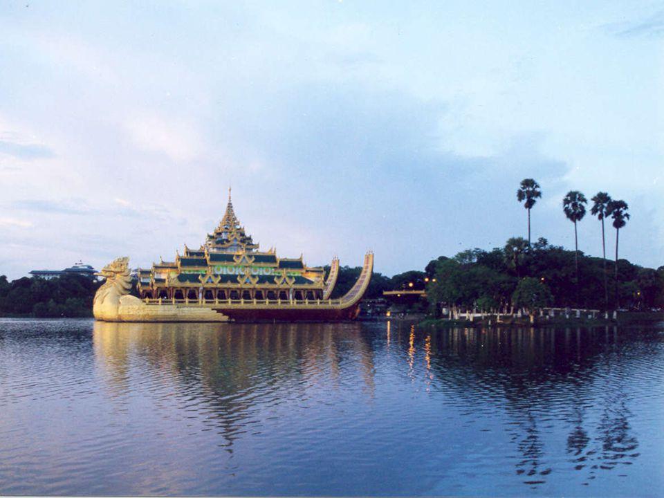 LAGO KANDAWGYI Il lago Kandawgyi è uno dei due grandi laghi a Yangon, Birmania (Myanmar).