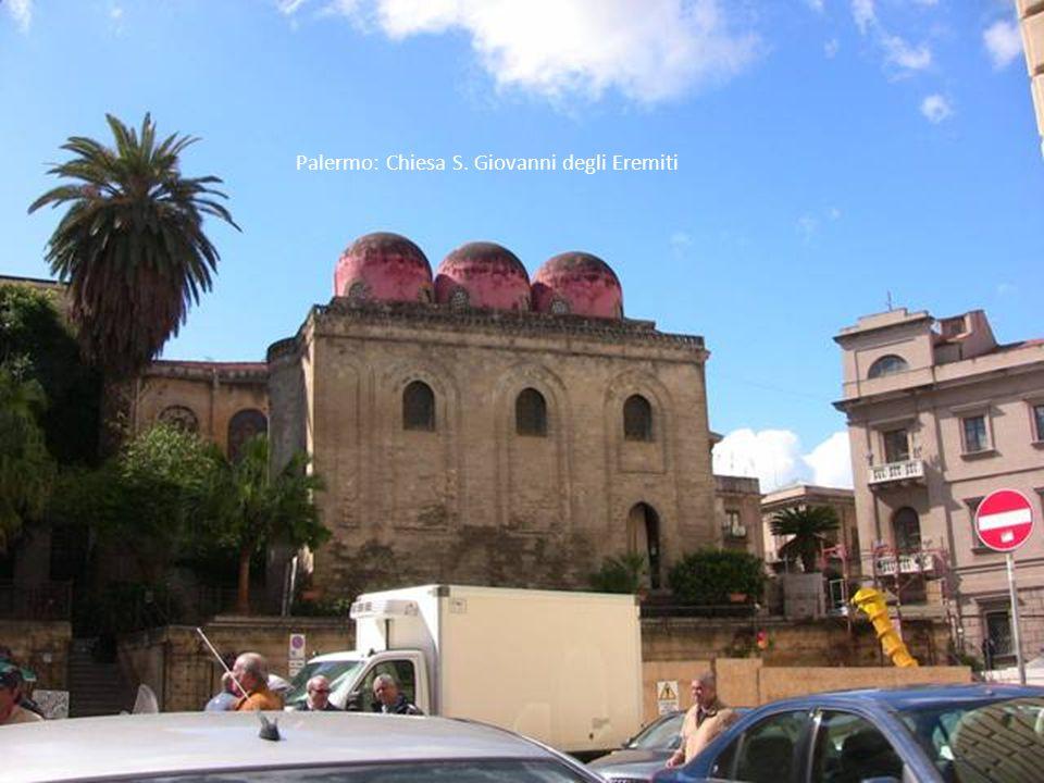 Zafferana - Etna: Rifugio Sapienza- con l'ultima stazione di risalita della funivia prima della vetta