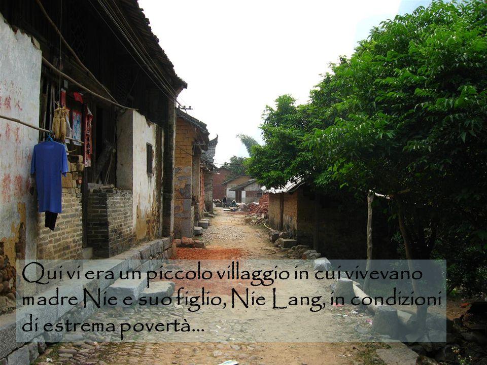 Qui vi era un piccolo villaggio in cui vivevano madre Nie e suo figlio, Nie Lang, in condizioni di estrema povertà…