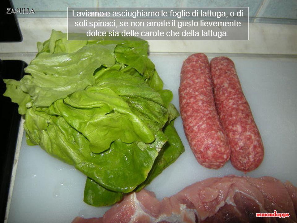 Laviamo e asciughiamo le foglie di lattuga, o di soli spinaci, se non amate il gusto lievemente dolce sia delle carote che della lattuga.