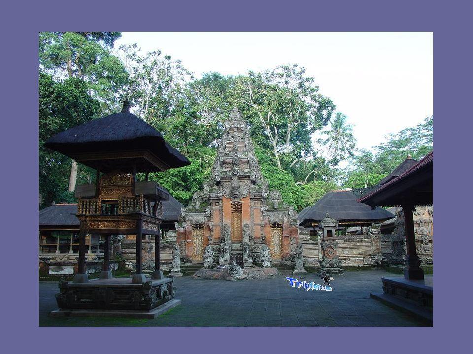 Qui ogni villaggio ha almeno tre templi, solitamente composti da quattro altari, uno dei quali è adibito al culto degli antenati e sono tutti caratterizzati da ricchissime decorazioni che riportano immediatamente alla mente l opulenza dello stile barocco.