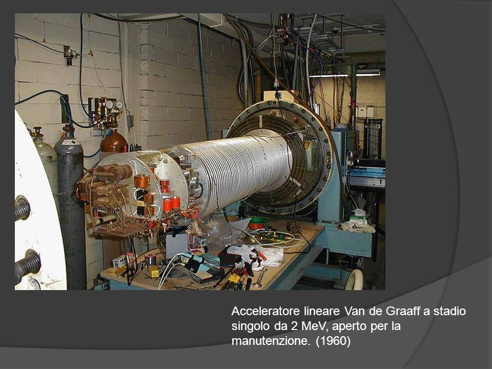 Acceleratore lineare Van de Graaff a stadio singolo da 2 MeV, aperto per la manutenzione. (1960)