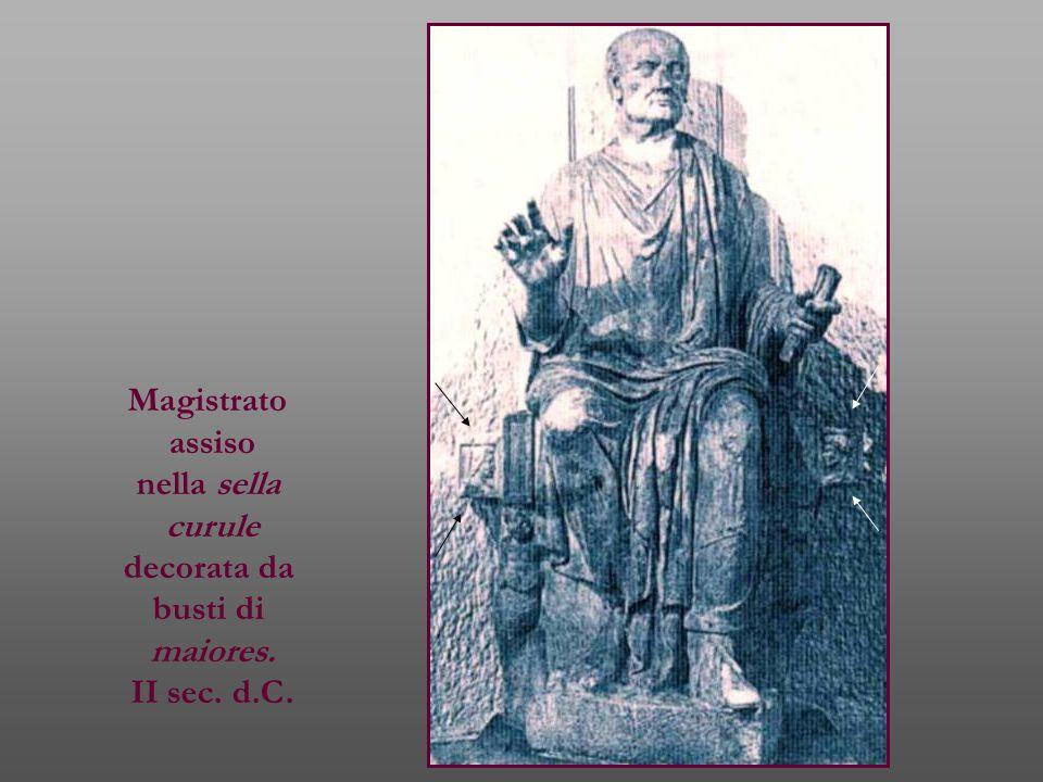 Magistrato assiso nella sella curule decorata da busti di maiores. II sec. d.C.