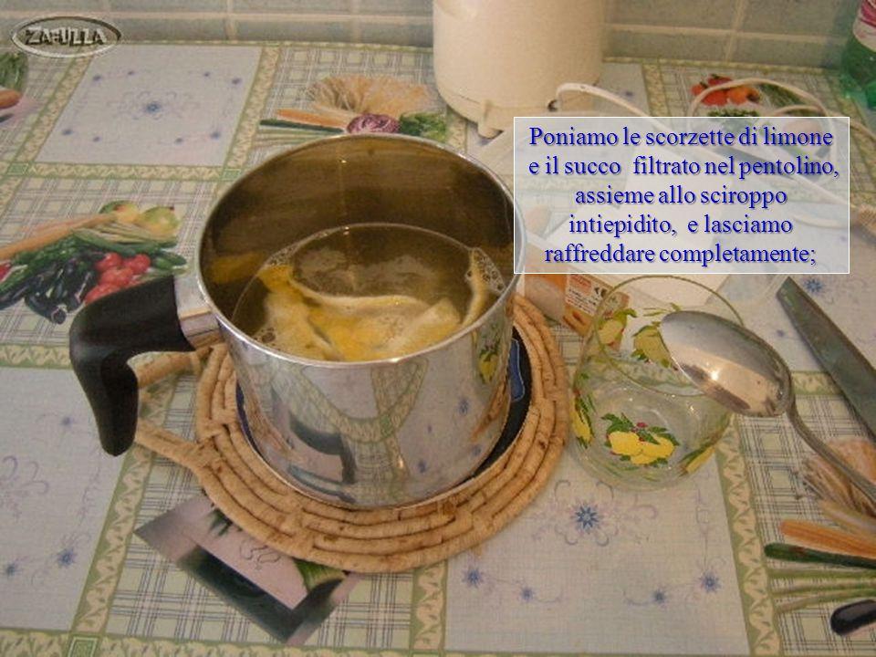 filtriamo il succo con l'aiuto filtriamo il succo con l'aiuto di un colino e lo raccogliamo nel bicchiere.