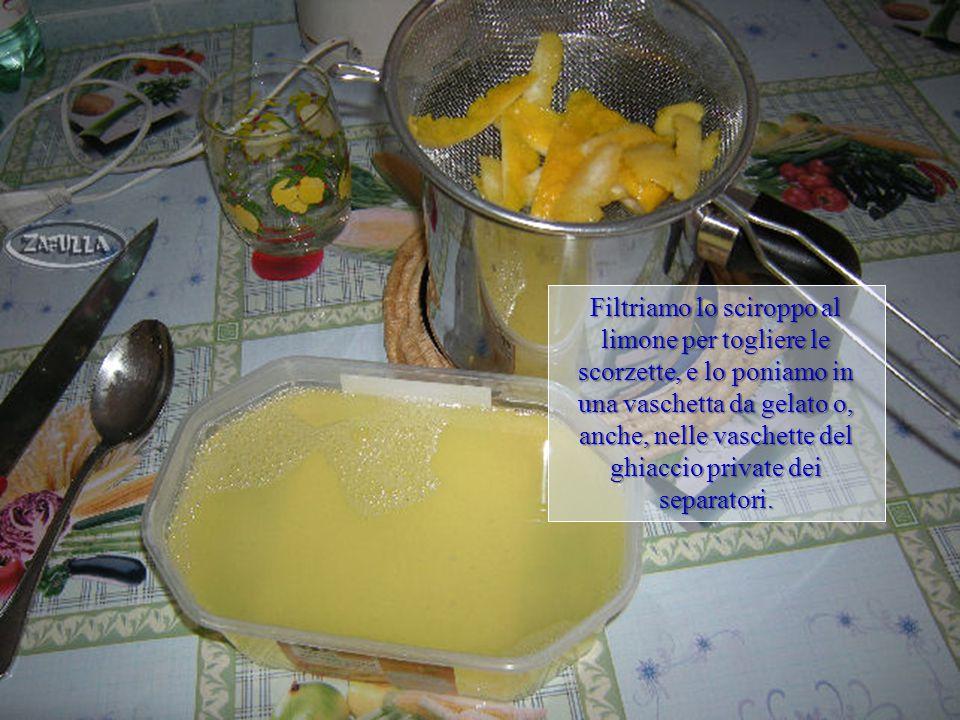 Poniamo le scorzette di limone e il succo filtrato nel pentolino, assieme allo sciroppo intiepidito, e lasciamo raffreddare completamente; e il succo