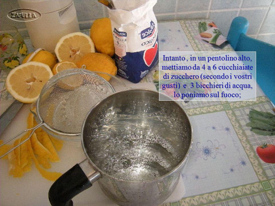 Spazzoliamo per bene i limoni sotto l'acqua corrente poi, con un coltello bene affilato, affettiamo la scorza di un limone senza nulla della parte bianca;