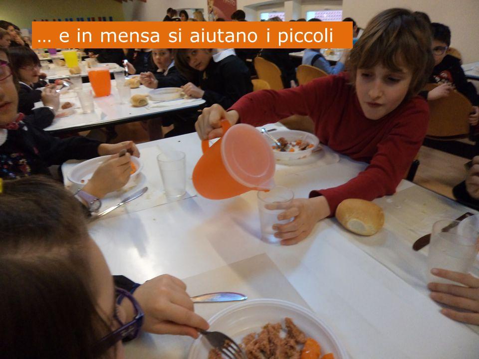 … e in mensa si aiutano i piccoli