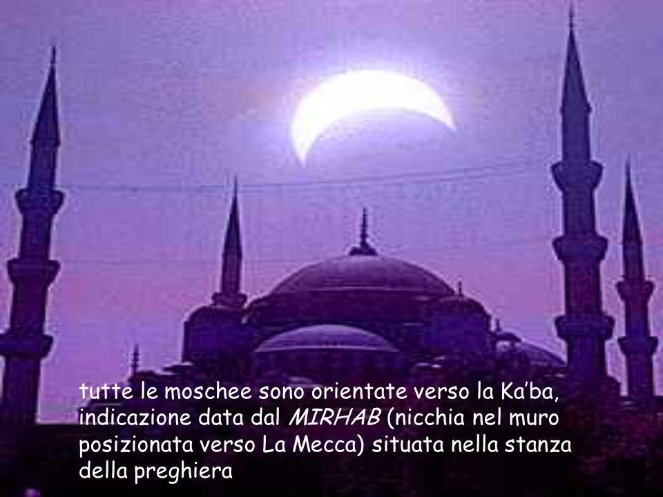 tutte le moschee sono orientate verso la Ka'ba, indicazione data dal MIRHAB (nicchia nel muro posizionata verso La Mecca) situata nella stanza della p