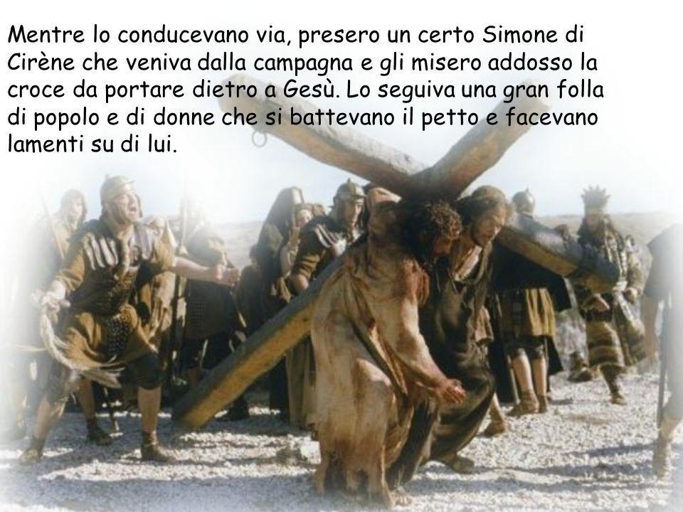 Mentre lo conducevano via, presero un certo Simone di Cirène che veniva dalla campagna e gli misero addosso la croce da portare dietro a Gesù. Lo segu