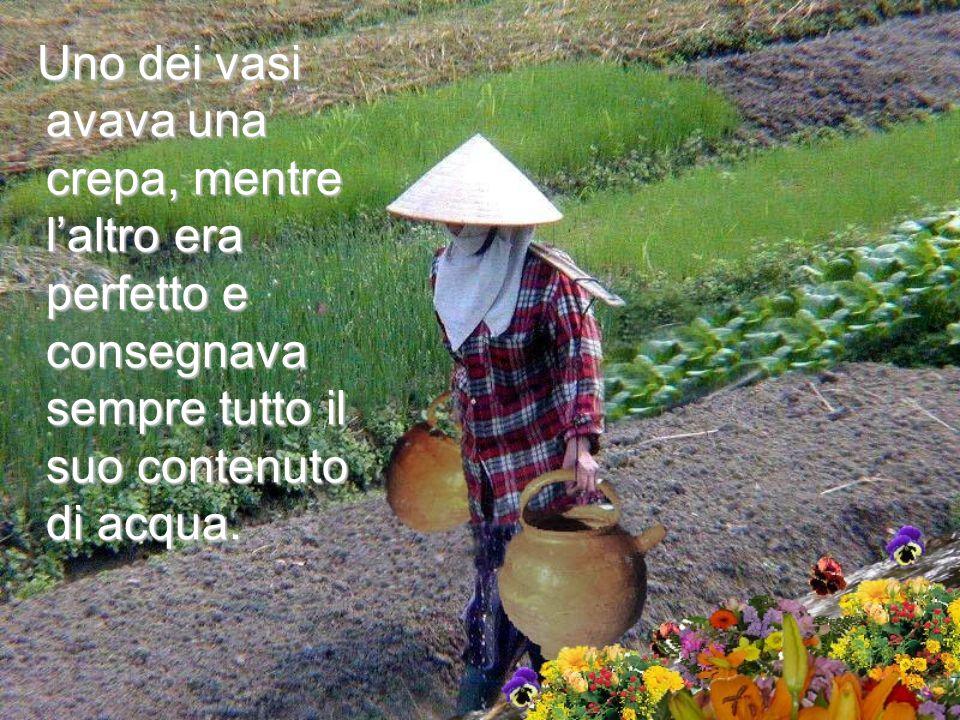 Un'anziana donna cinese portava due grandi vasi, ognuno appeso all'estremità di un asse di legno che poggiava sulle sue spalle.
