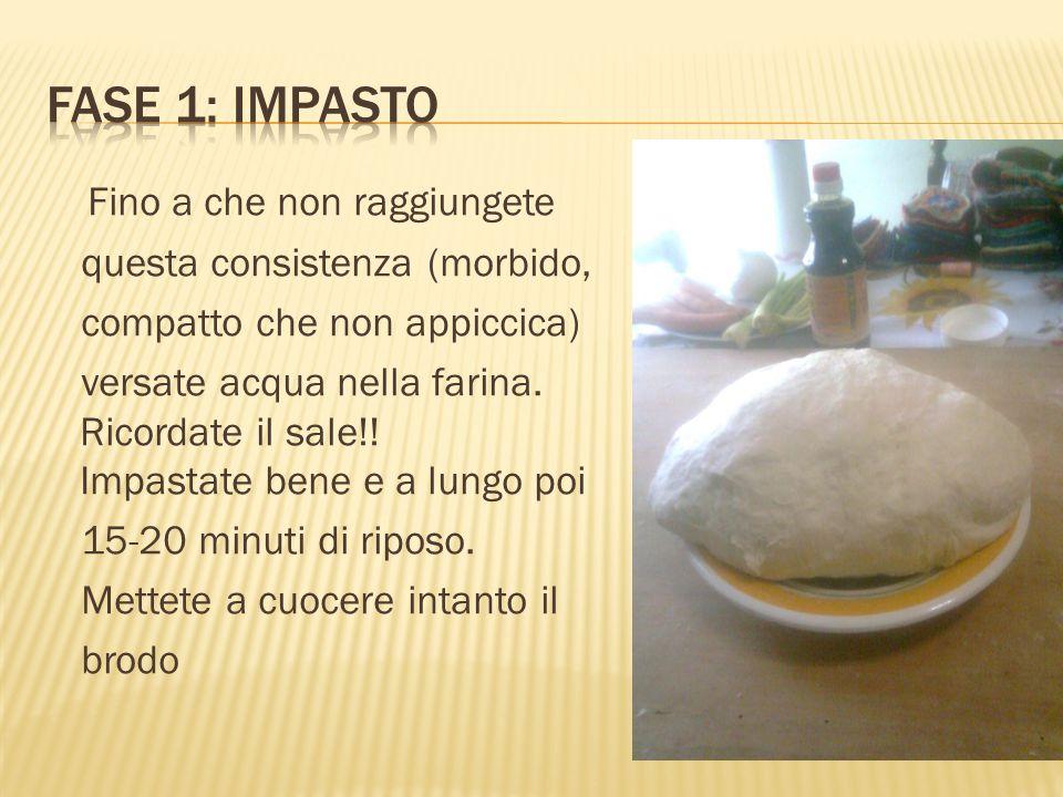 Fino a che non raggiungete questa consistenza (morbido, compatto che non appiccica) versate acqua nella farina. Ricordate il sale!! Impastate bene e a