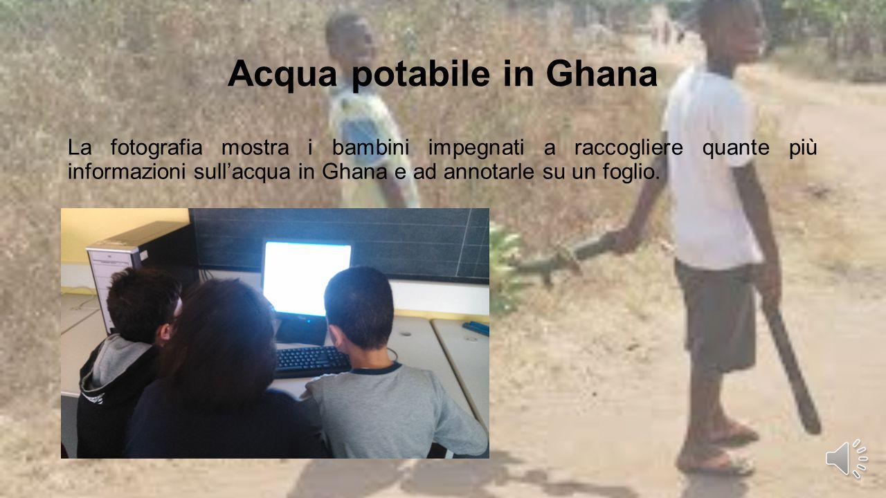 Acqua potabile in Ghana La fotografia mostra i bambini impegnati a raccogliere quante più informazioni sull'acqua in Ghana e ad annotarle su un foglio.