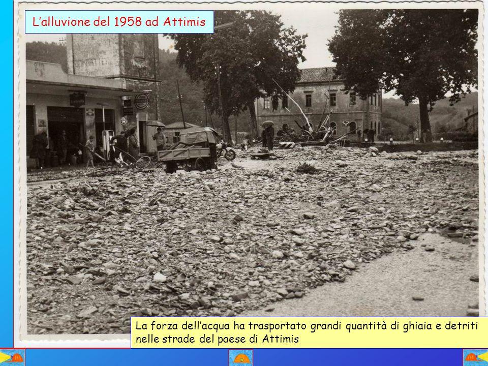 L'alluvione del 1958 ad Attimis La forza dell'acqua ha trasportato grandi quantità di ghiaia e detriti nelle strade del paese di Attimis