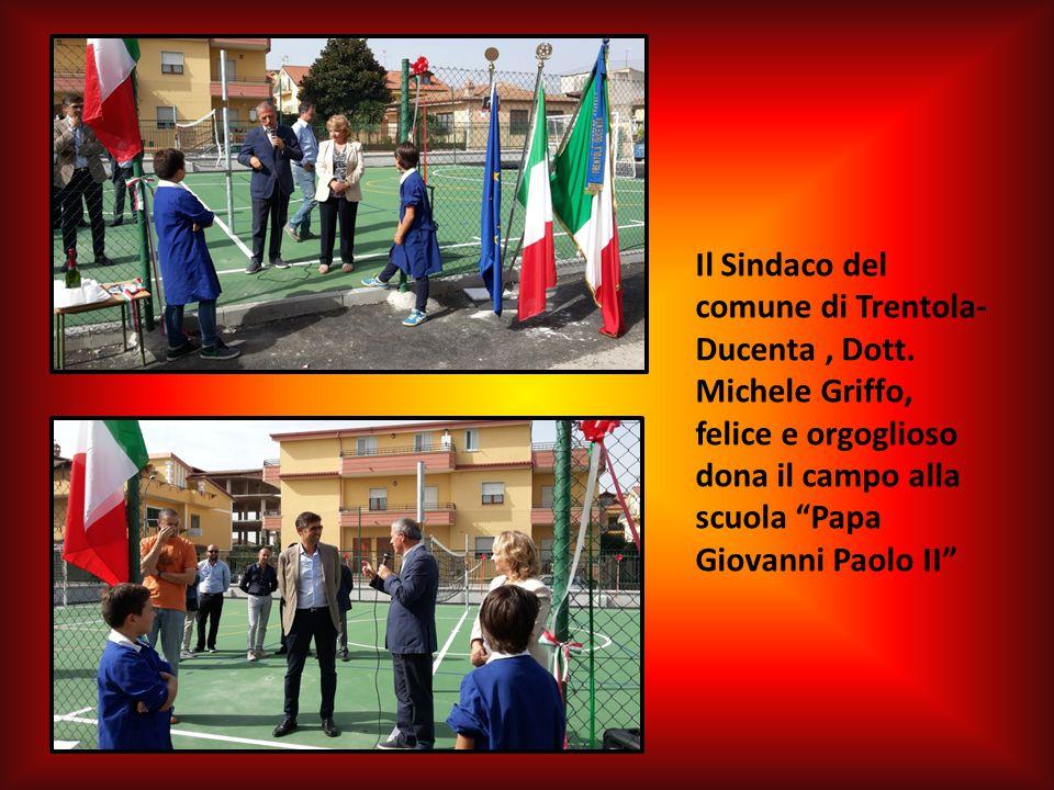 """Il Sindaco del comune di Trentola- Ducenta, Dott. Michele Griffo, felice e orgoglioso dona il campo alla scuola """"Papa Giovanni Paolo II"""""""