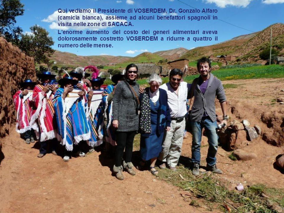 Qui vediamo il Presidente di VOSERDEM, Dr. Gonzalo Alfaro (camicia bianca), assieme ad alcuni benefattori spagnoli in visita nelle zone di SACACA. L'e