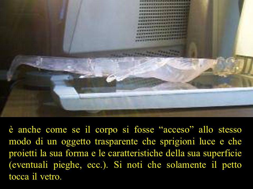 """è anche come se il corpo si fosse """"acceso"""" allo stesso modo di un oggetto trasparente che sprigioni luce e che proietti la sua forma e le caratteristi"""